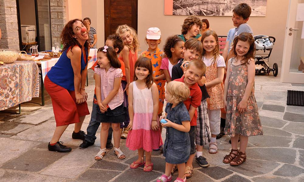 Foto di di Orit e bambini ad una festa di compleanno
