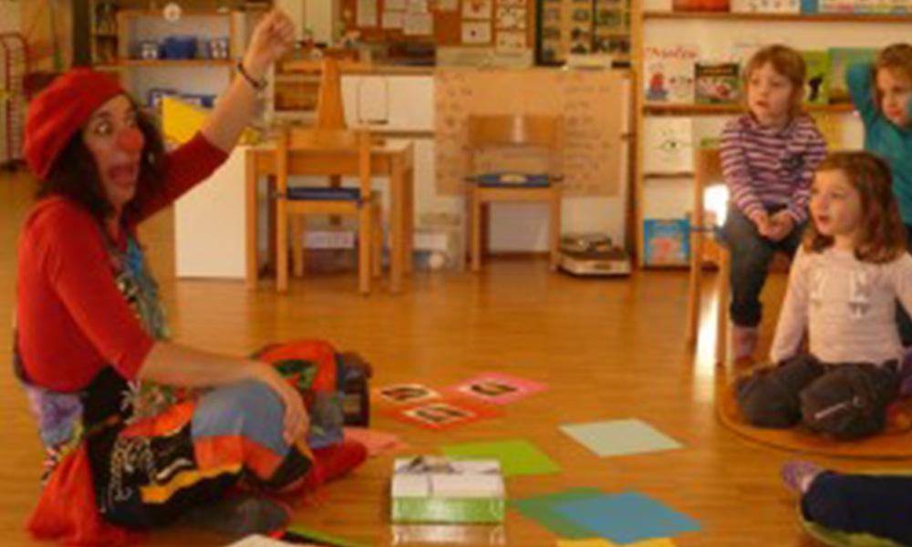 Orit presentando La scatola delle emozioni a dei bambini