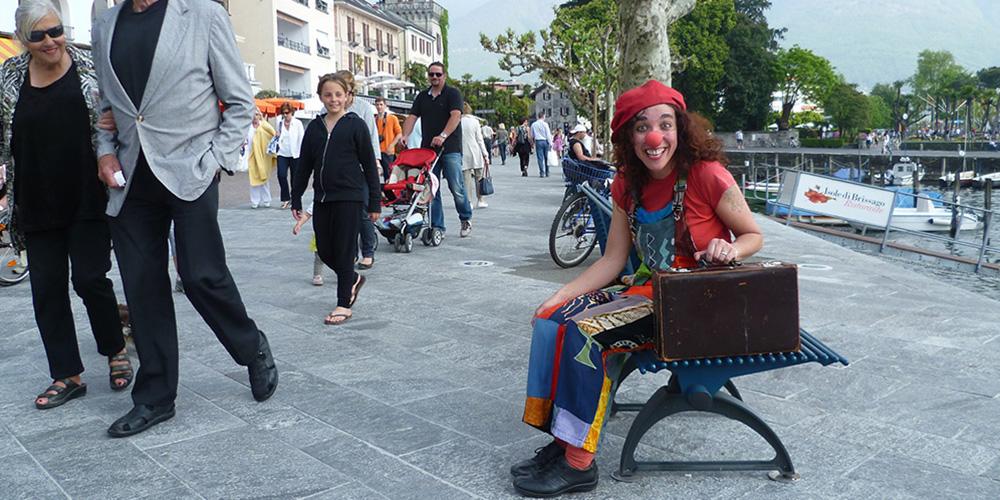 Foto di Orit durante lo spettacolo Di strada