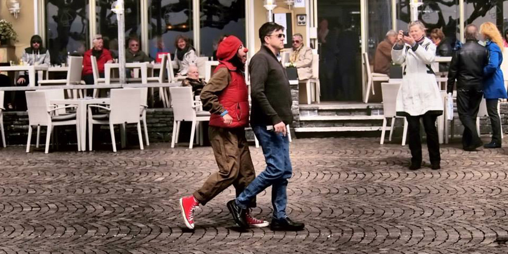 Foto di Orit e un passante durante lo spettacolo Di strada