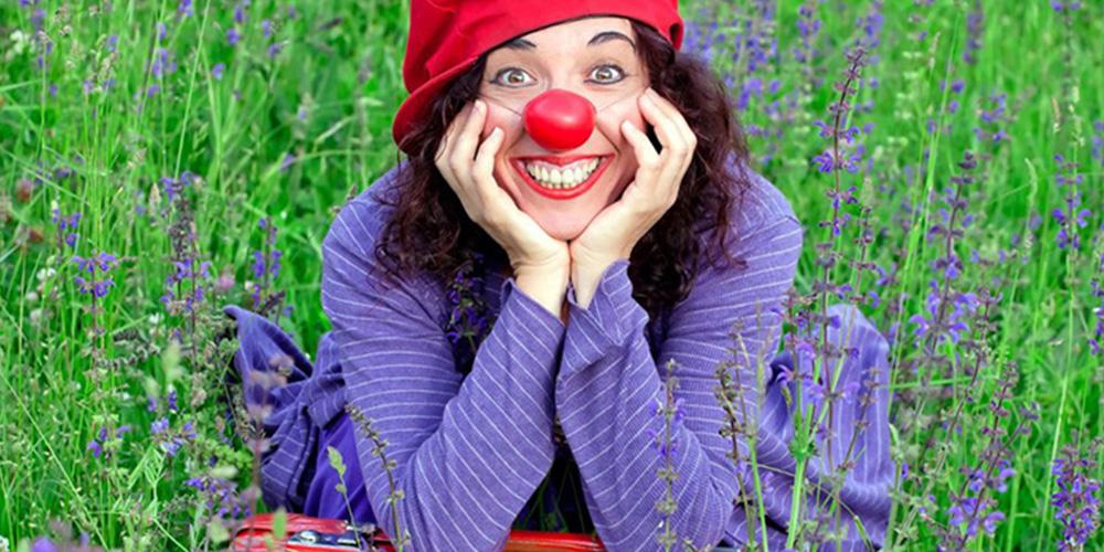 Foto di Orit vestita per lo spettacolo In chiave di clown